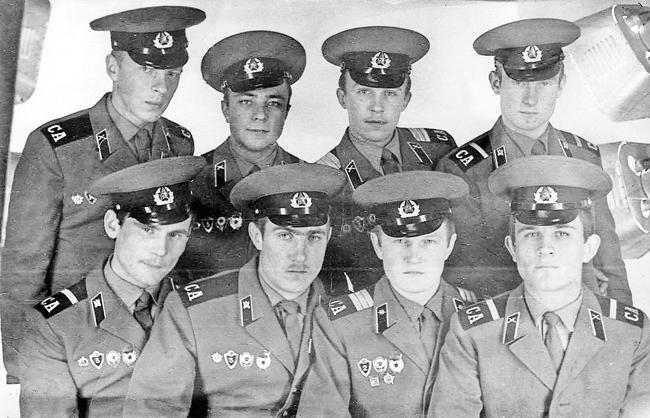 Николай Шевченко (вовтором ряду— справа) вместе ссослуживцами поГруппе советских войск вГермании (ГСВГ)