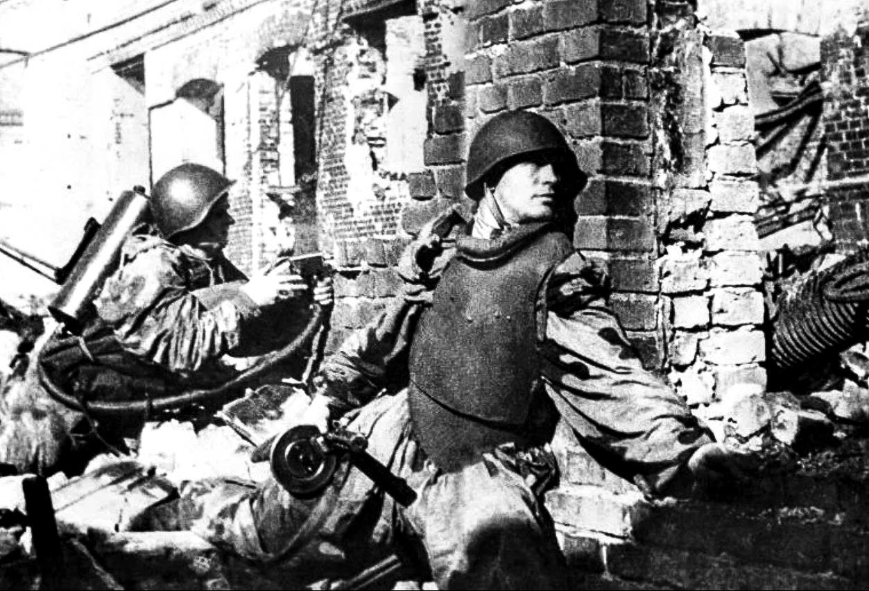 Впервую очередь стальными нагрудниками оснащались бойцы ШИСБр РВГК— штурмовых инженерно-саперных бригад резерва Верховного Главнокомандования