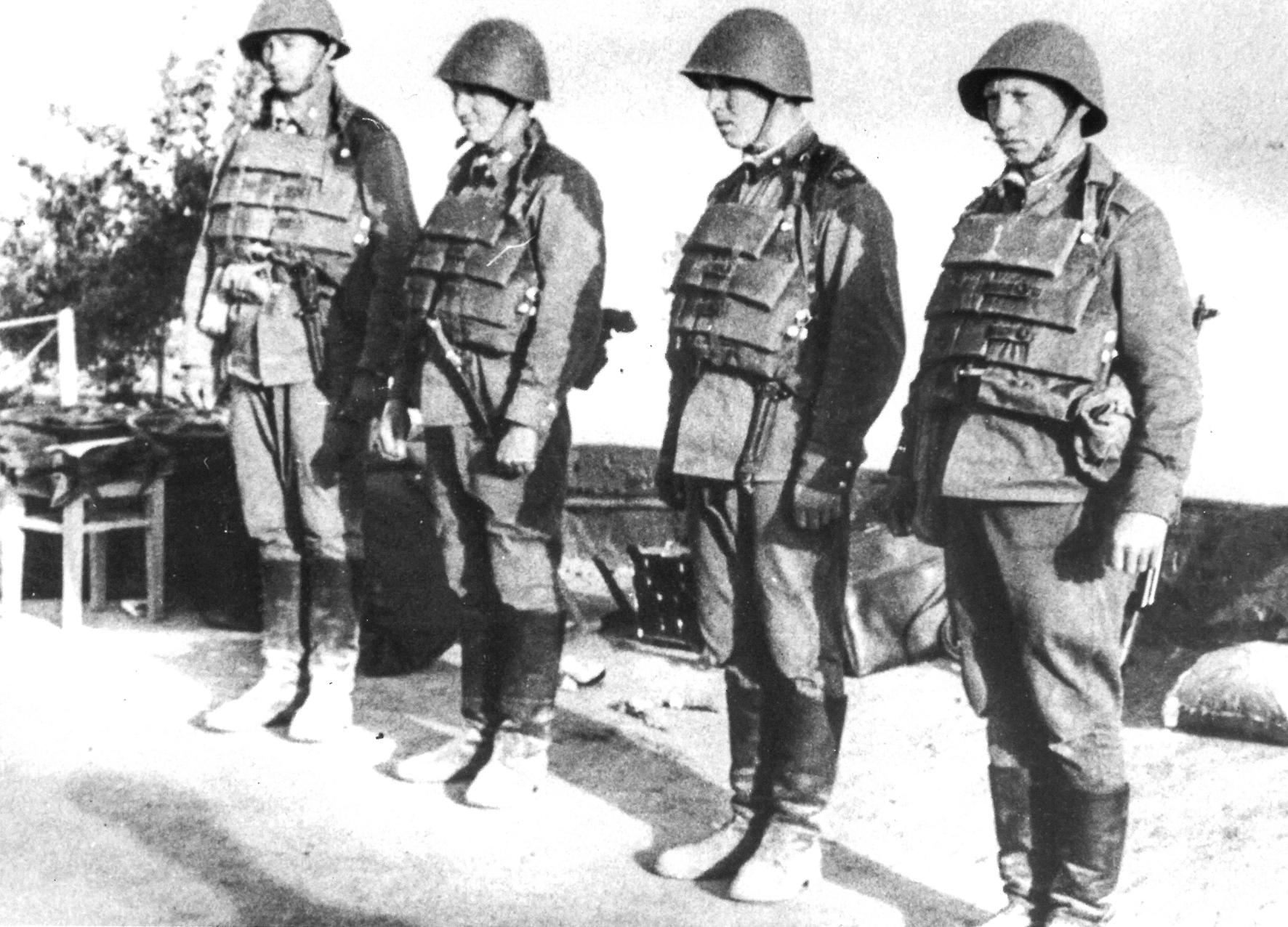 Генерал И.Г.Павловский сказал, какотрезал: «Никакого жилета. Это что, если солдату бронежилет недостанется, он ивбой непойдёт? Финансирования работ по созданию бронежилета не будет»