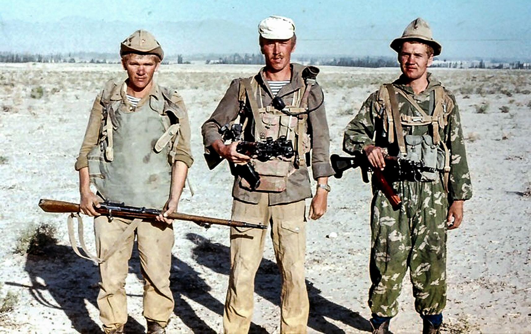 После начала боевых действий в Афганистане весь запас бронежилетов 6Б1 был сразу передан в действующую 40‑ю армию. Однако для условий гор этот бронежилет оказался слишком тяжёлым. На фото: советские солдаты в ДРА