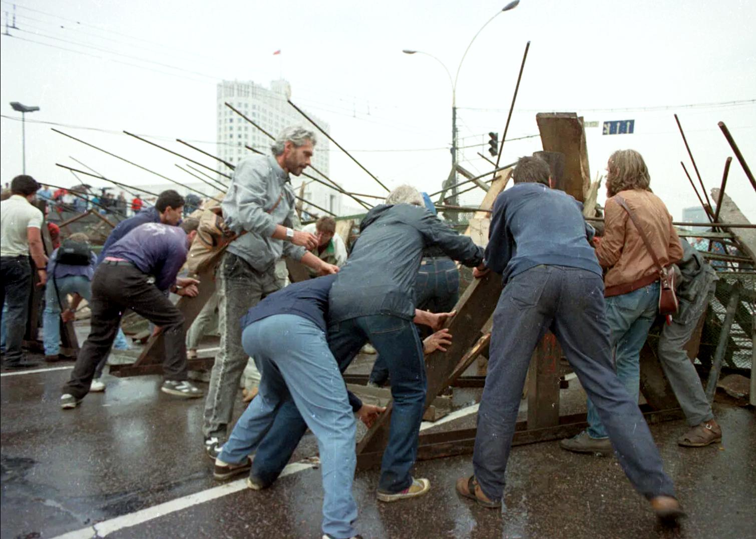 Стихийное сооружение баррикад вокруг Белого дома (Дома Советов) — места нахождения президента России и Верховного Совета РСФСР. 19 августа 1991 года