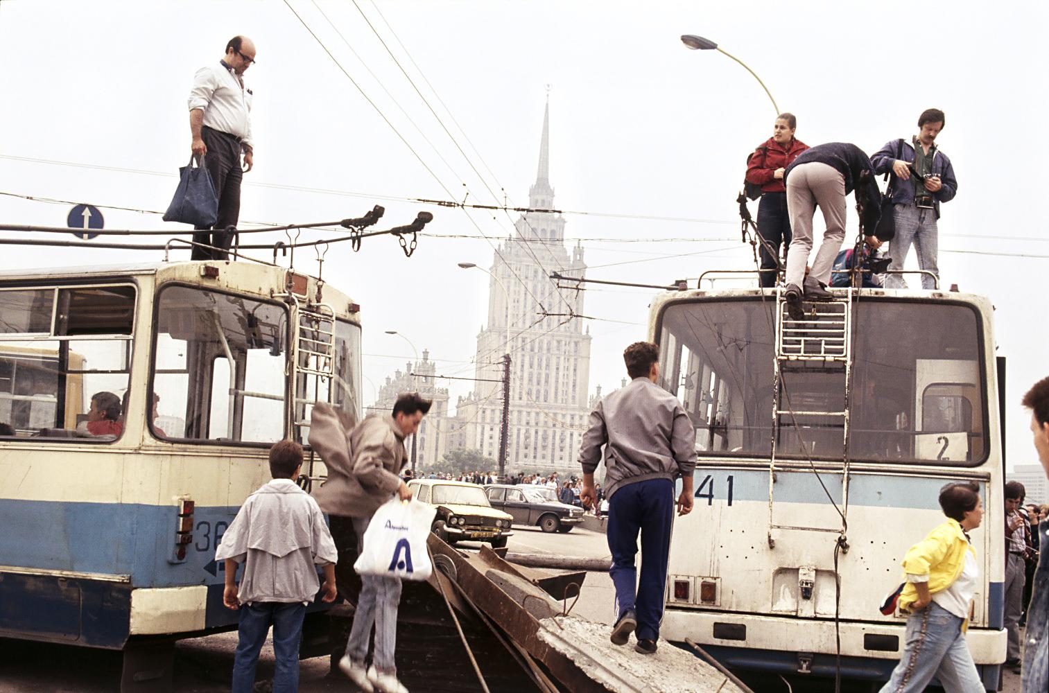 После того, как колонна бронетехники прошла по Калининскому проспекту на Кремль, до Манежа, мост возле Белого дома перегородили троллейбусами. Вдали — гостиница «Украина». 19 августа 1991 года
