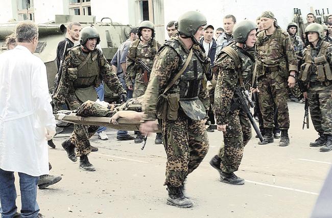 Бойцы выносят раненого товарища…