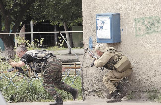 Осетинский ополченец исолдат-срочник перебегают простреливаемый террористами участок