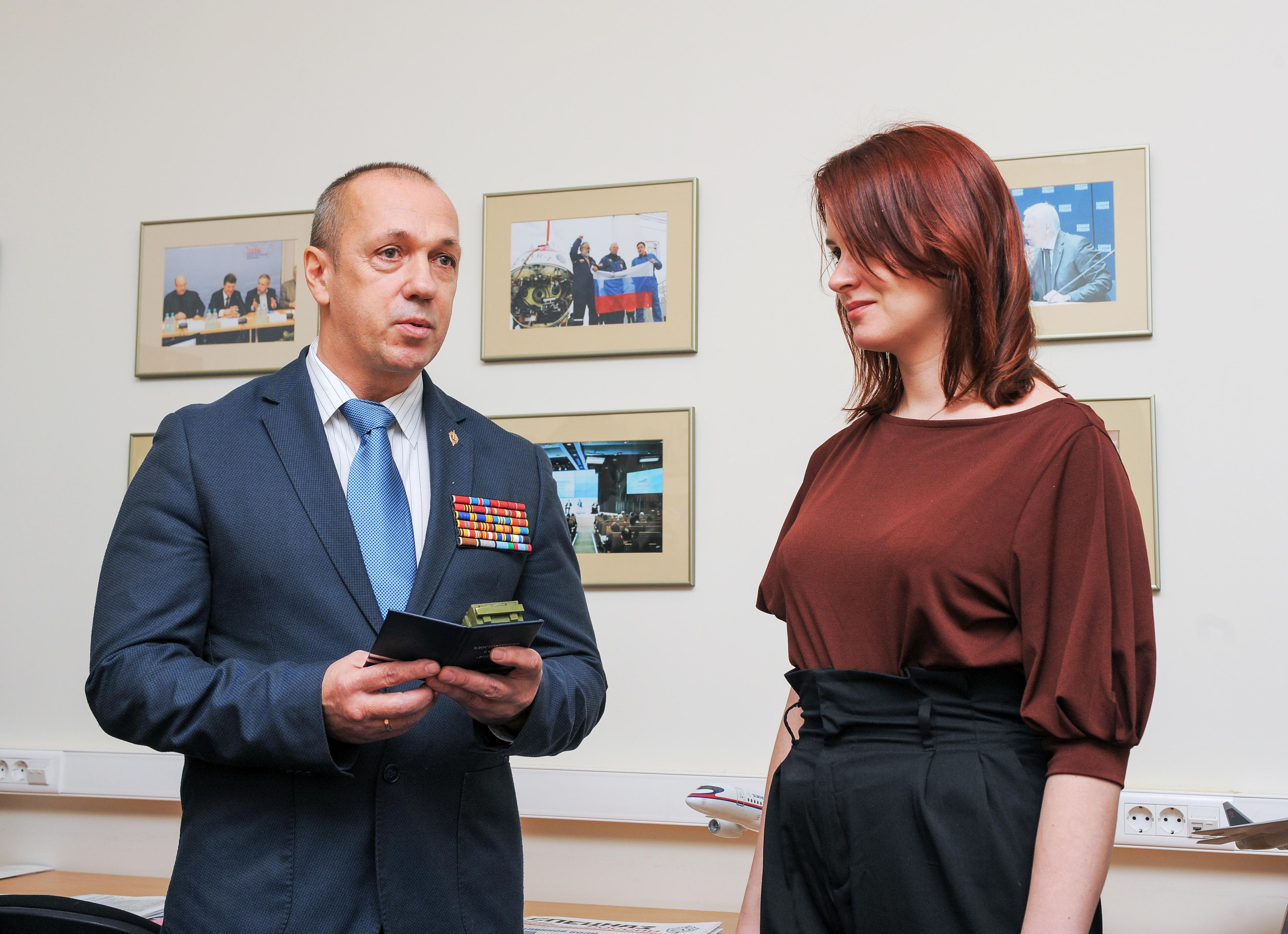 Премию Анне Долгаревой вручает первый вице-президент Ассоциации Группы «Вымпел», кавалер ордена Мужества Владимир Силантьев
