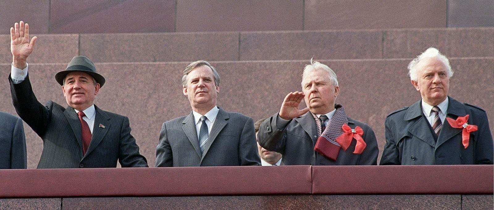 «Наряду с продажностью Шеварднадзе (на фото — справа) была причина личного порядка. Он хотел быть первым, быть царьком»