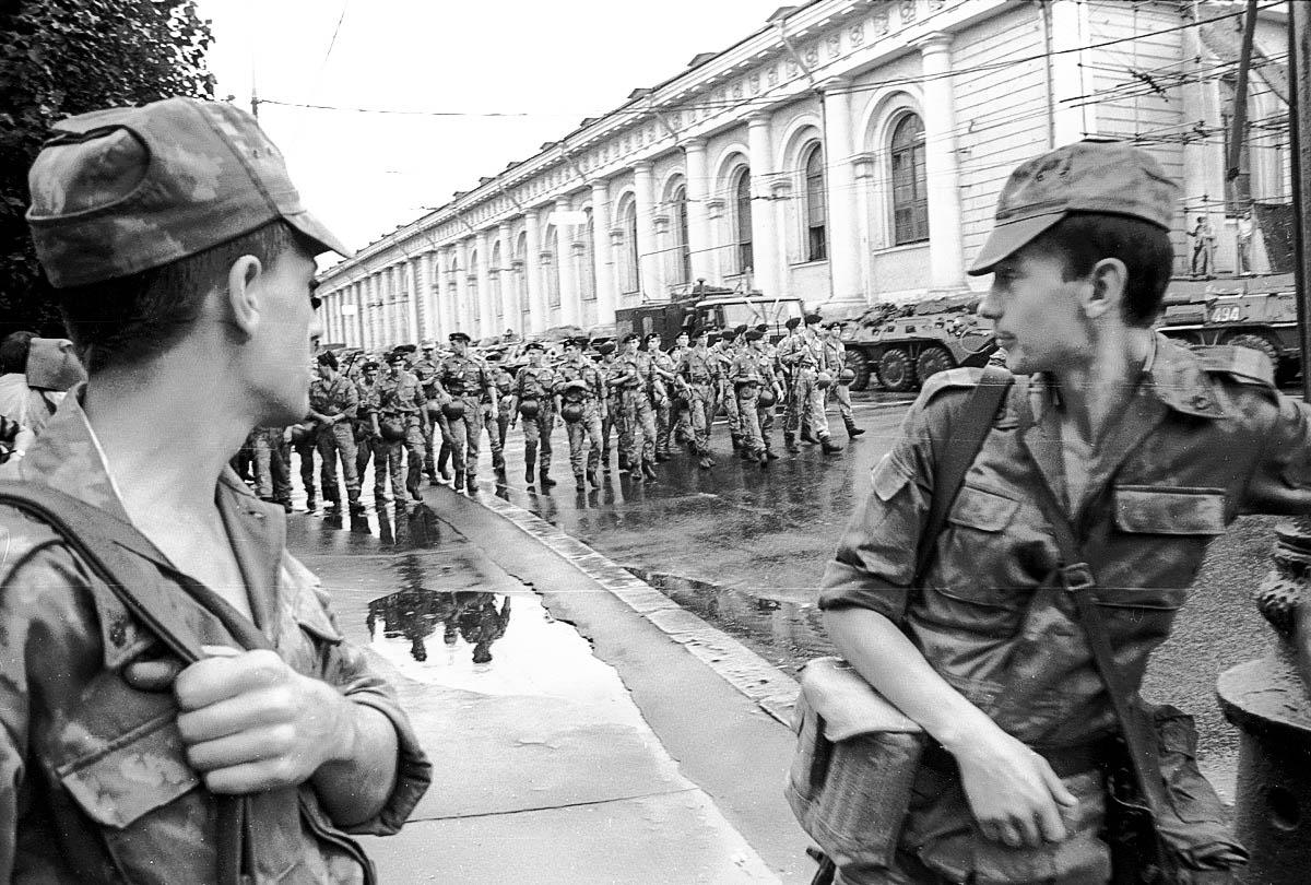 В город ввели массу военных и техники, но толку от этого не было никакого