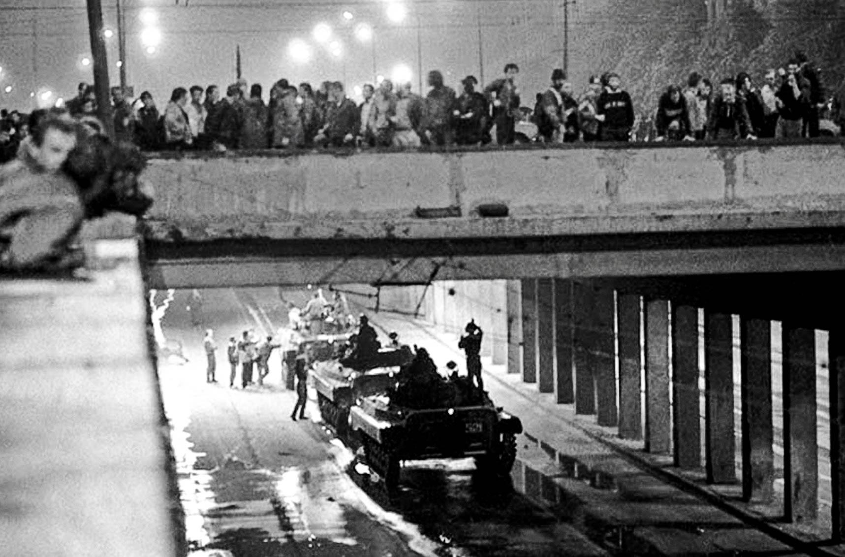 В ночь на 22 августа колонна техники уходила из Москвы, когда в тоннеле под Калининским проспектом была атакована манифестантами, решившими, что начался штурм Белого дома. Жертвами стали три человека