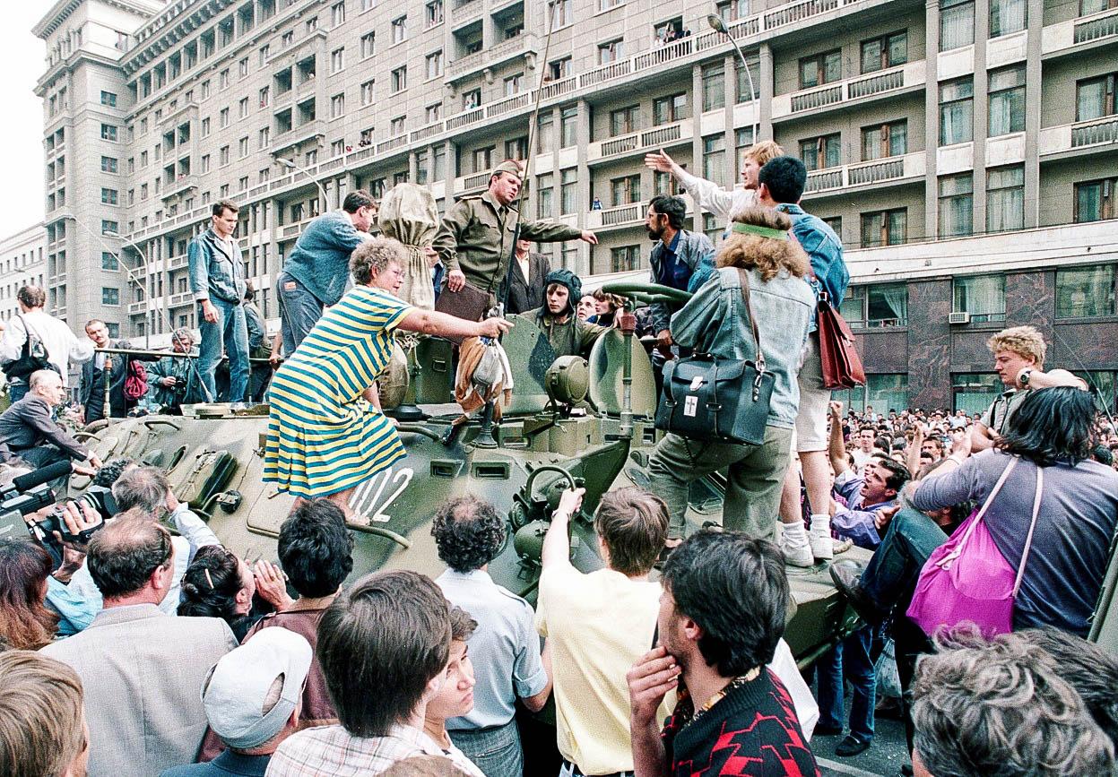 Толпа обступила военную колонну возле гостиницы «Москва»