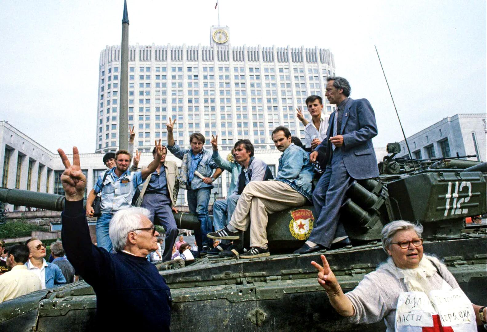 За эйфорией победы над ГКЧП скрывалось непонимание того, что ожидает распадающуюся страну, приговорённую к смерти, в самом ближайшем будущем