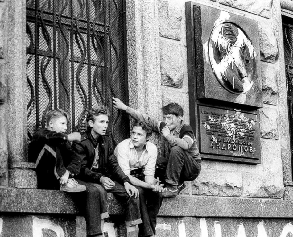 Осквернённая мемориальная доска Председателю КГБ СССР Юрию Андропову на здании госбезопасности. Лубянка. Август 1991 года