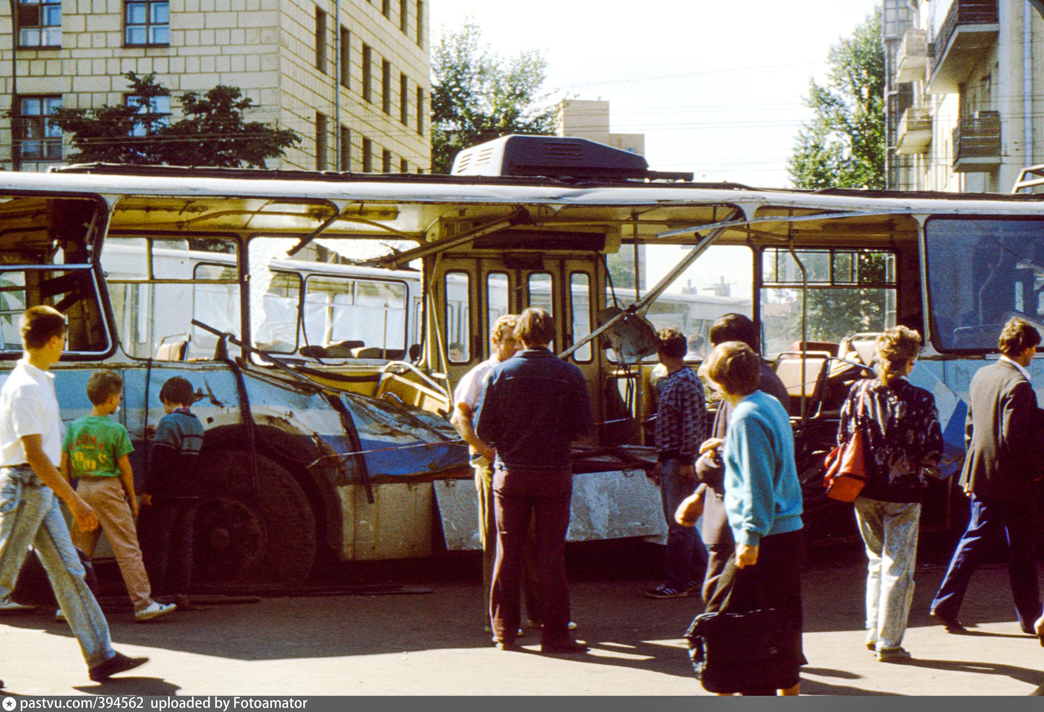 Москвичи осматривают последствия столкновений между военными и сторонниками президента РСФСР Бориса Ельцина. Центр Москвы. 21 августа 1991 года
