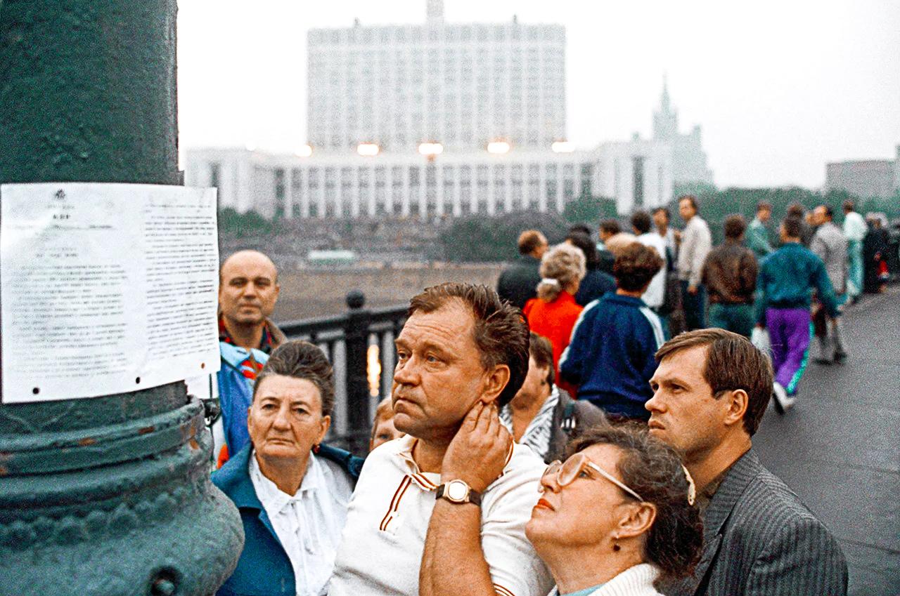 Люди пытаются понять, что же происходит в стране, ошарашенные обрушившейся на них разноречивой информацией — и от ГКЧП, и от российского парламента