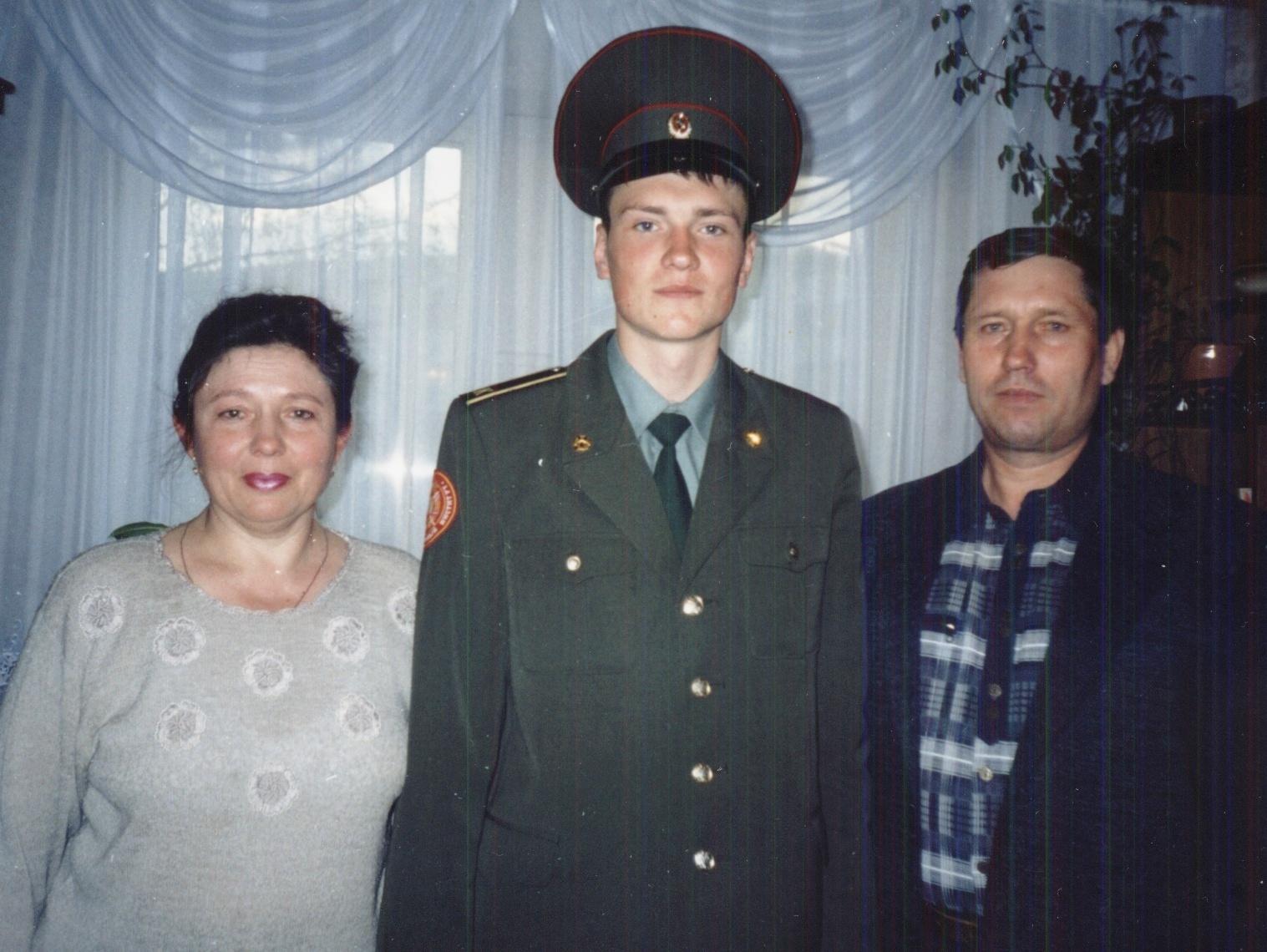 Курсант Московского Высшего военного командного училища Денис Лазин с родителями
