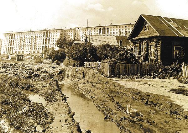 Последние дни Семёновского… Надальнем плане— строящиеся дома почётной стороне Ленинского проспекта врайоне знаменитого магазина «Изотопы». Нечётная сторона ещёпустует