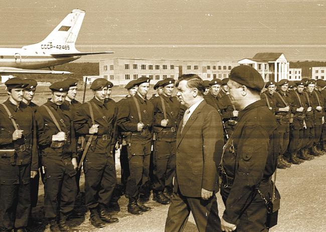 Заместитель Председателя КГБ СССР Владимир Пирожков перед строем сотрудников Группы «А»