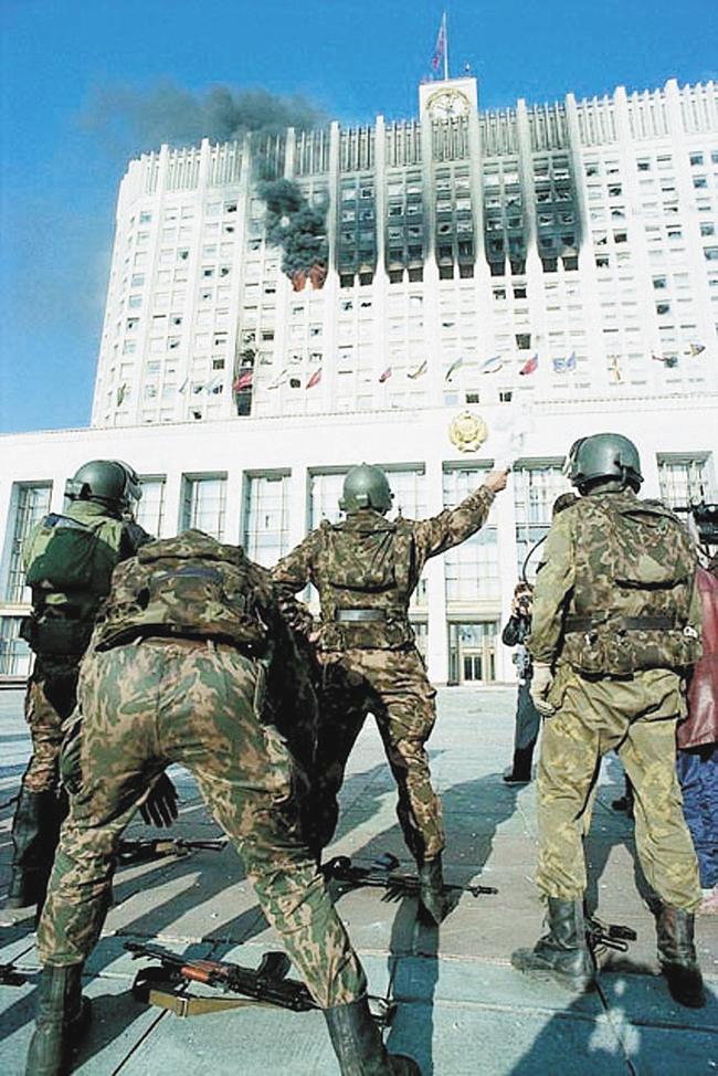 Пособственной инициативе Группа «А» вступила впереговоры сруководителями обороны Белого дома. Москва, 4 октября 1993года