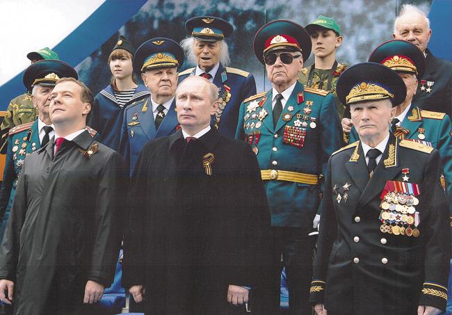 СВладимиром Путиным иДмитрием Медведевым натрибуне перед Кремлёвской стеной.