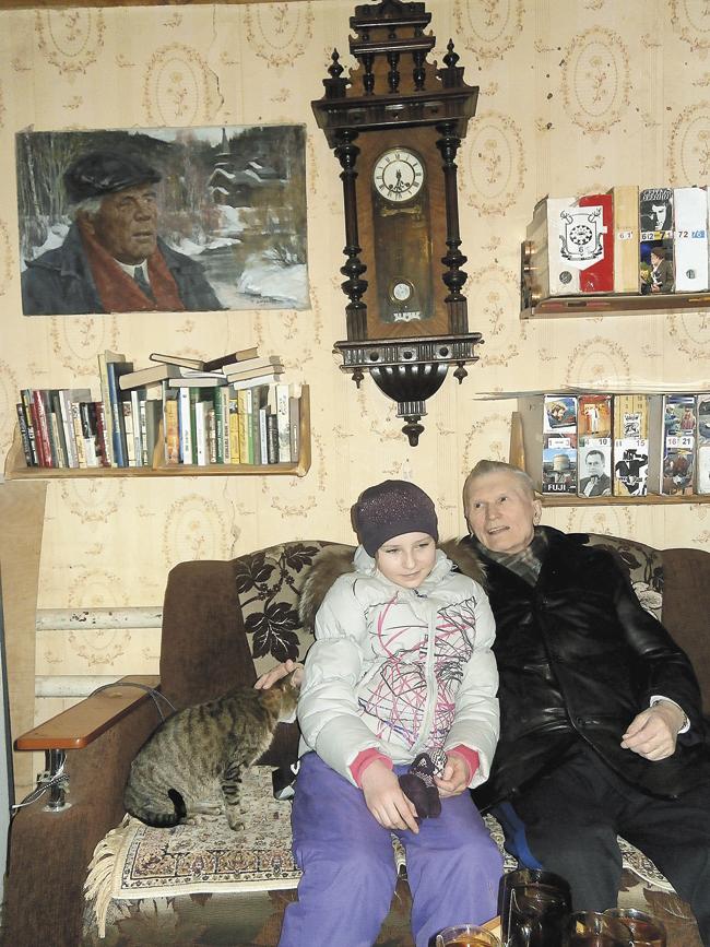 Свнучатой племянницей Эллой Вепревой вМузее деревянного зодчества близ города Чусового. Февраль 2013года