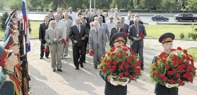 Участники Форума возлагают цветы кпамятнику Чекистам— защитникам Сталинграда. Август 2013года