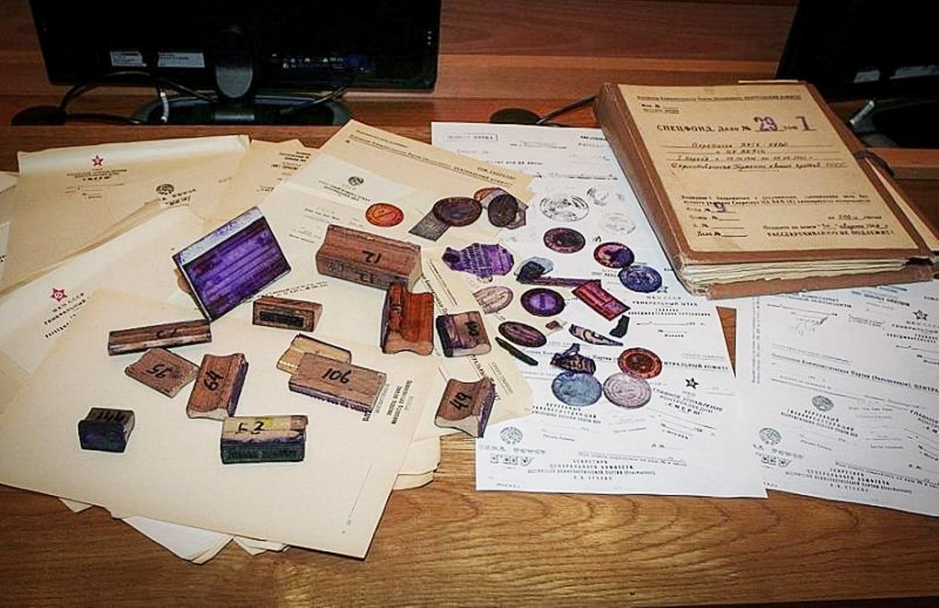 Поддельные оттиски, пустые бланки, а также подлинные печати и штампы ЦК КПСС, которые использовались для изготовления фальшивок