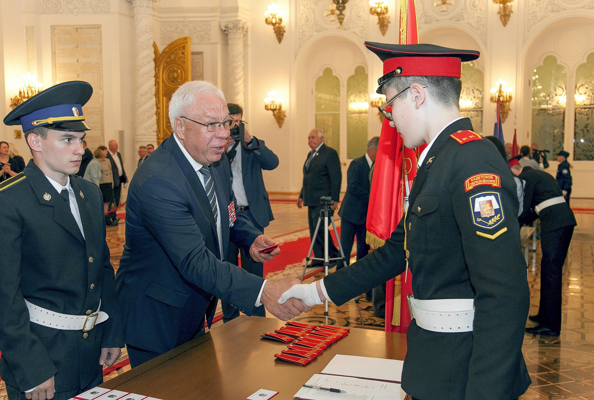 Удостоверение кадета вручает командир Группы «А» в 1991‑1992 годах Михаил Головатов