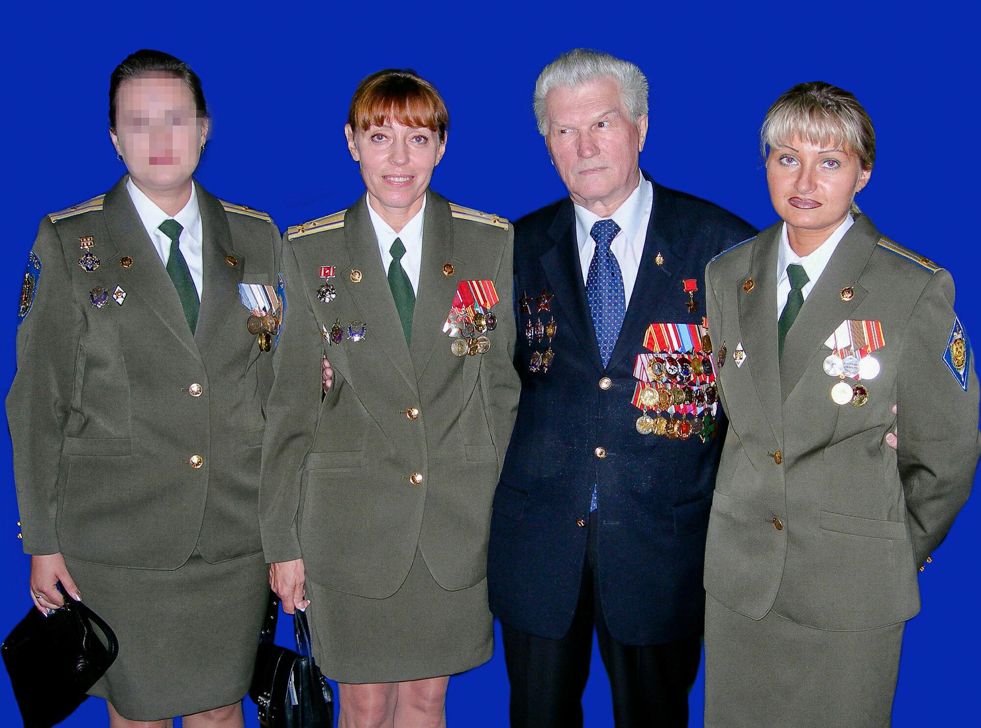 Герой Советского Союза генерал Геннадий Зайцев ссотрудницами Управления «А» Центра специального назначения ФСБ России