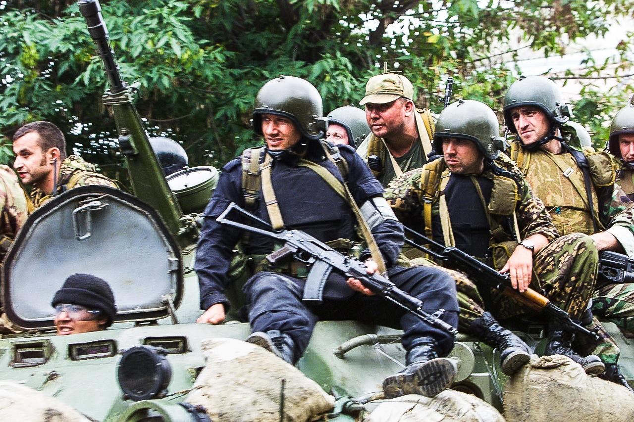 Бойцы спецназа госбезопасности вовремя спасательной операции вБеслане. Республика Северная Осетия— Алания. 3сентября 2004года