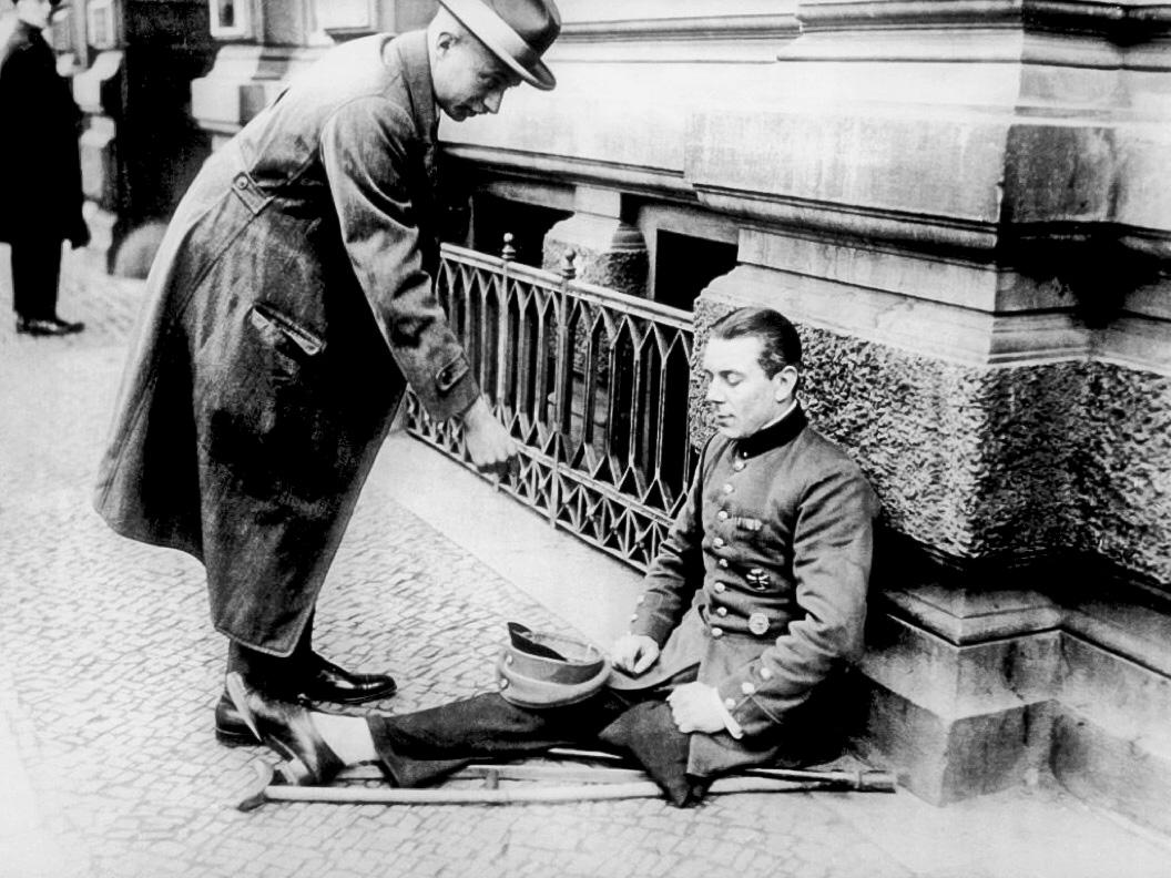 Подаяние инвалиду Первой Мировой войны. Берлин. Середина 1920‑х годов