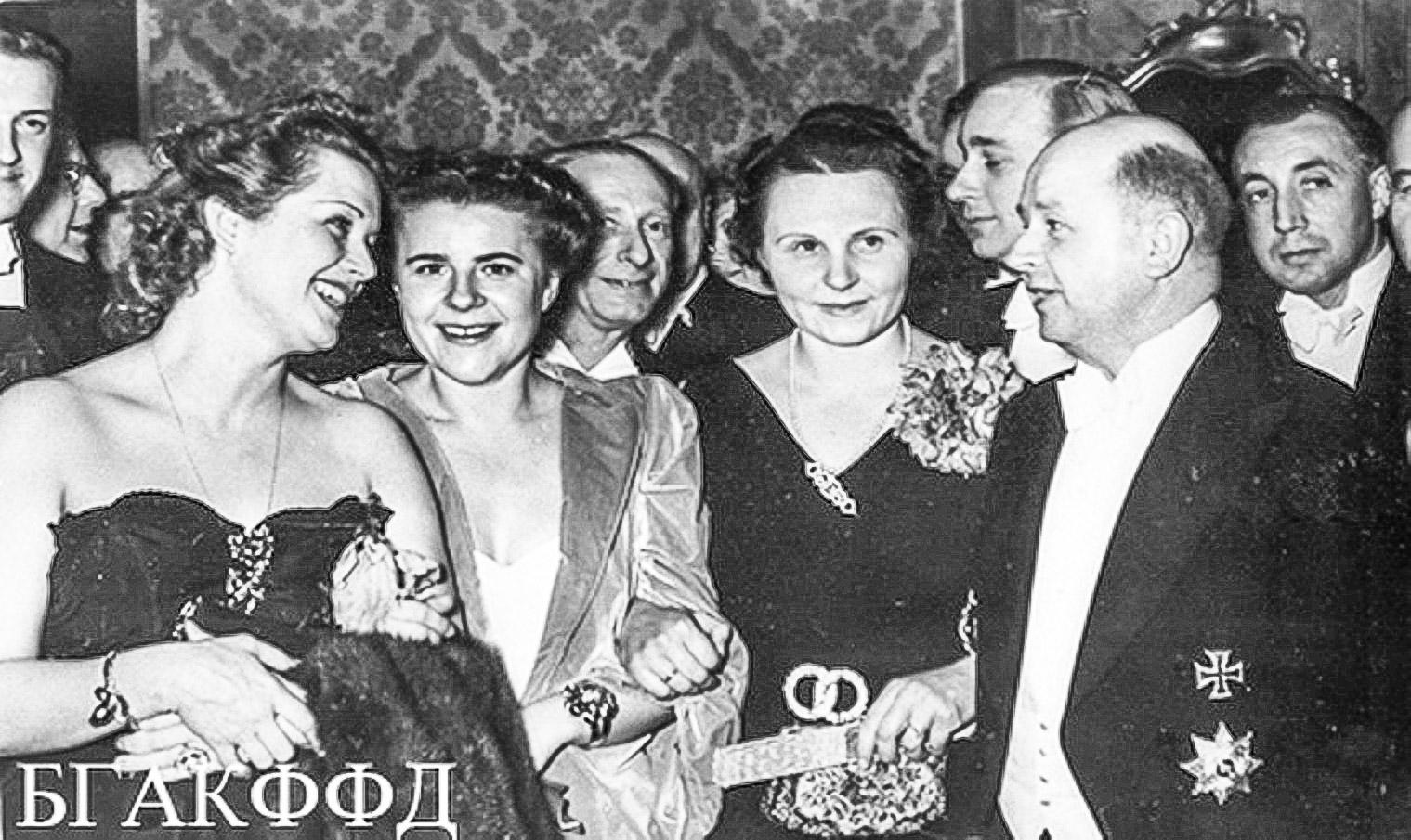 Ольга Чехова (слева) набалу прессы. Берлин, 1939год