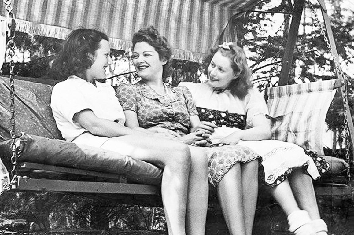О.К.Чехова c дочерью Адой (слева), 1939год