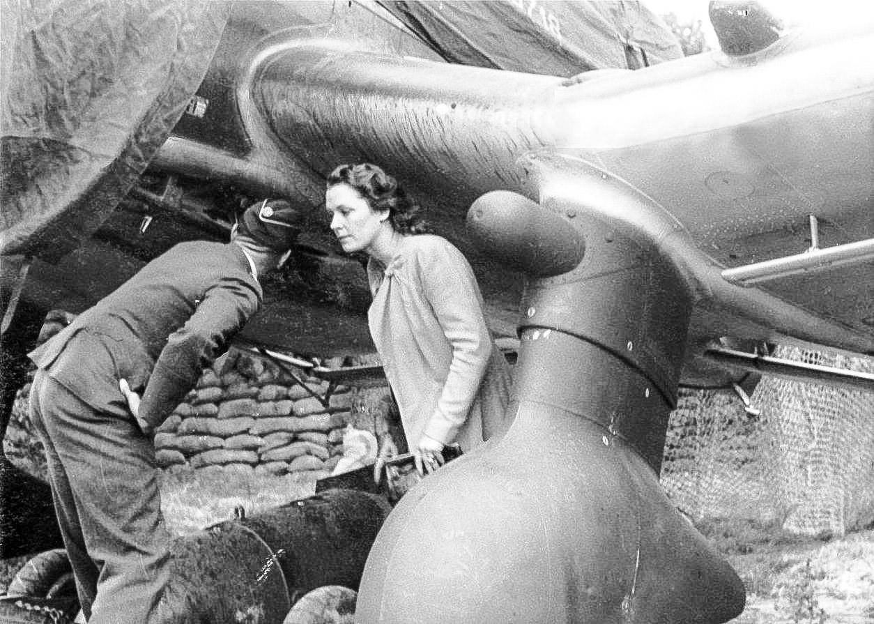 Ольга Чехова осматривает бомбардировщик «Юнкерс» Ju-87 вовремя посещения немецкой авиачасти