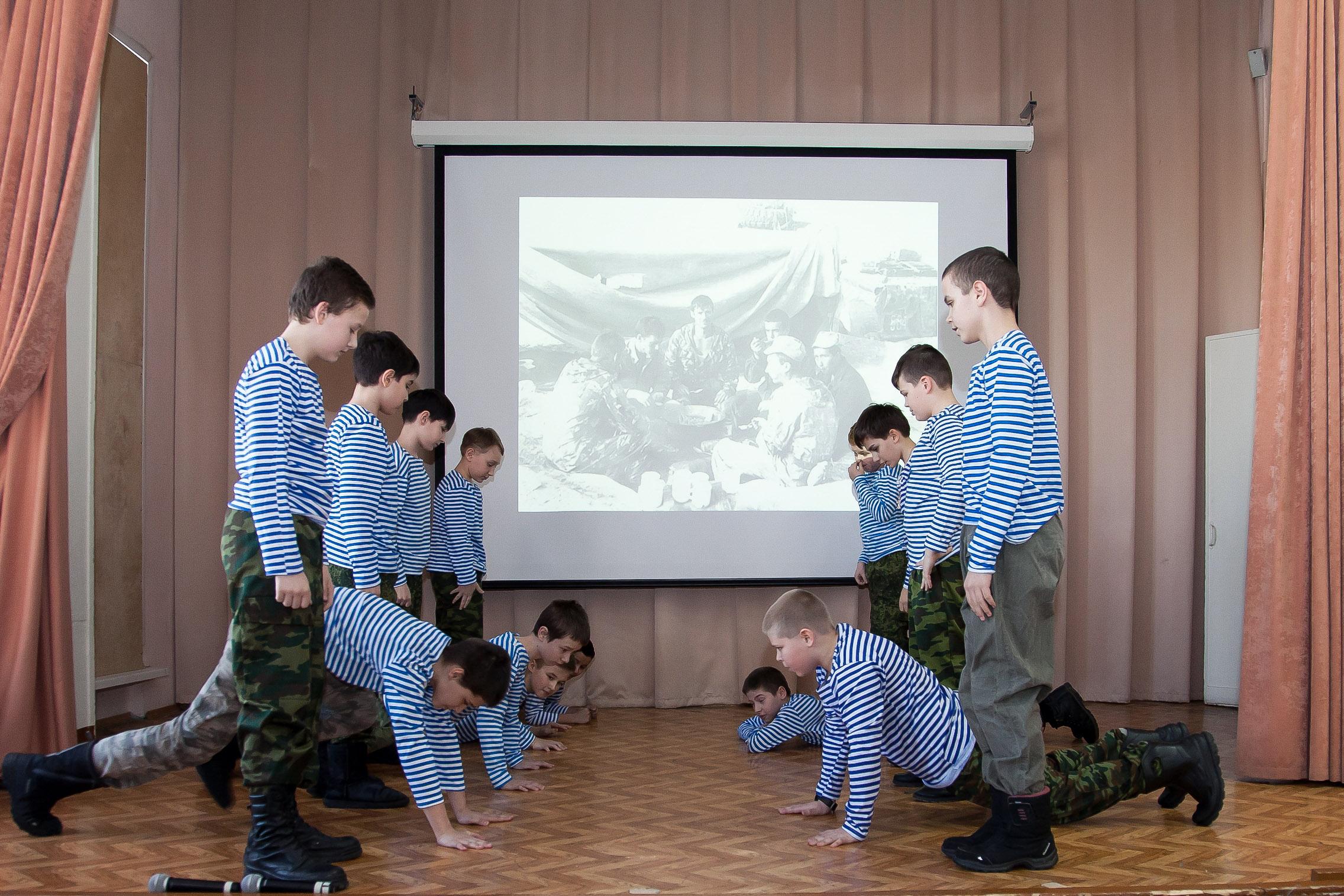 Учащиеся школы, которую окончил кавалер ордена Мужества майор Анатолий Потатурин. ФотоВ.Комаровой