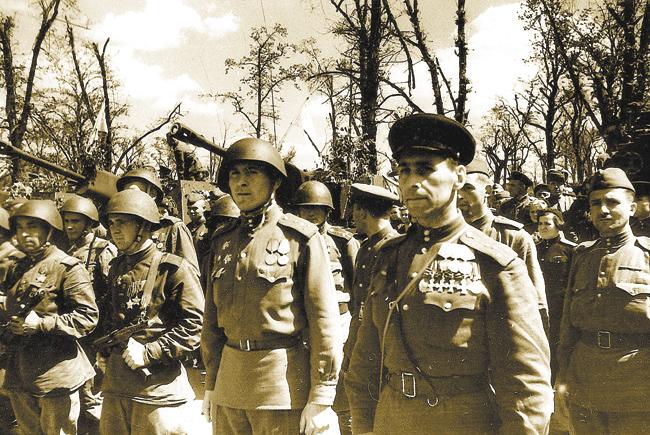 Орденоносец, кавалер 4‑х Георгиевских крестов Владимир Грусланов, уроженец Буйнакска, напараде вБерлине. 1945год. Отец героя — горец, мать — кубанская казачка