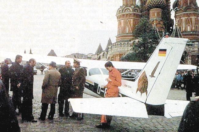 Матиас Руст наВасильевском спуске вскоре после приземления