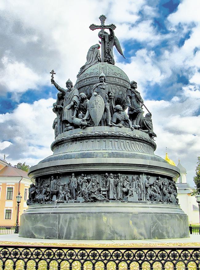 Величественный памятник «Тысячелетие Крещения Руси», поставленный в 1862 году в Великом Новгороде