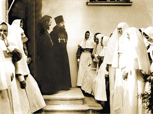 Несколько крестьянских девушек изСемёновского стали сёстрами Марфо-Мариинской обители. Наснимке: сосвоим духовником, 1910‑е годы