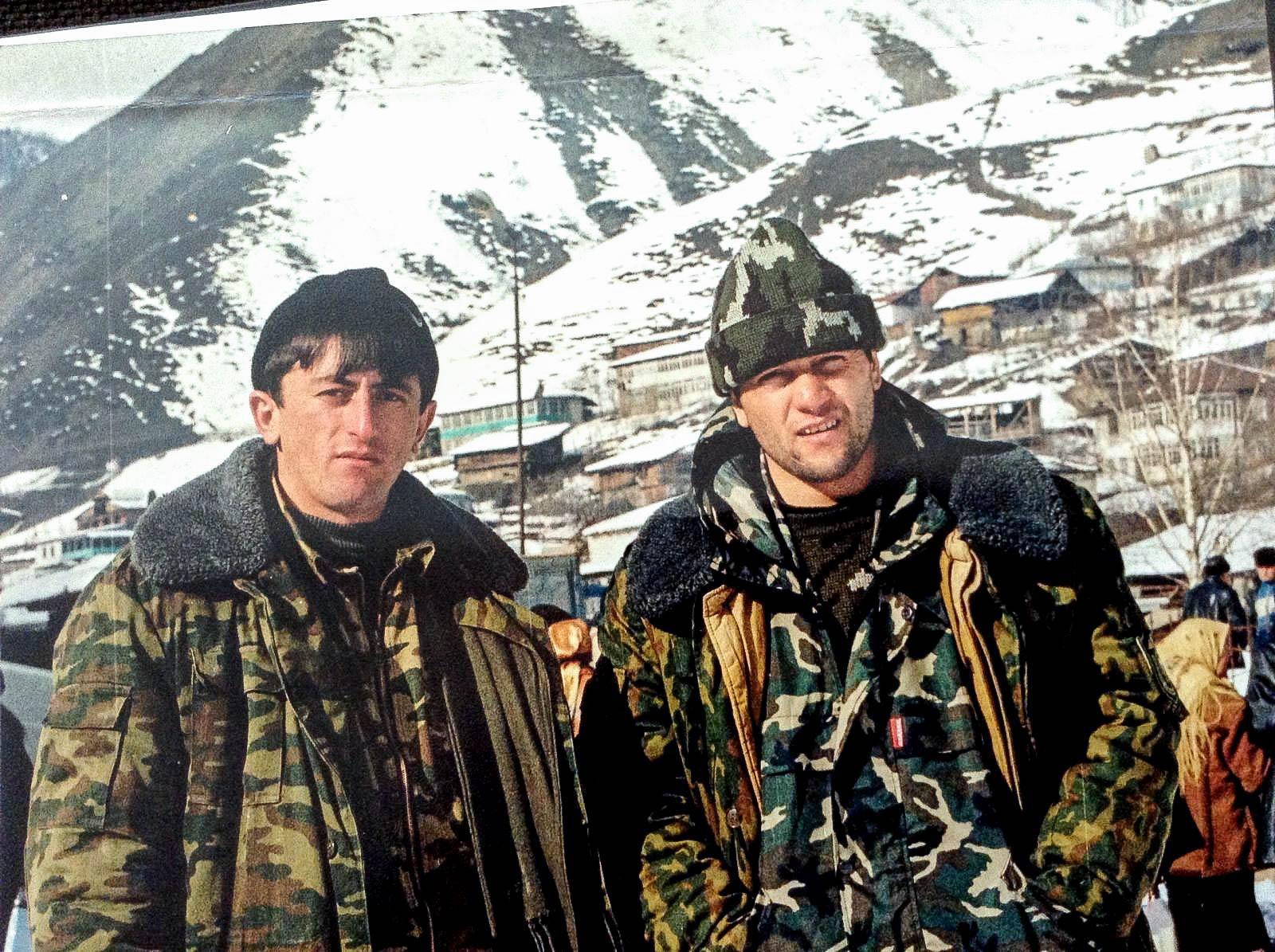 Уничтожившие одного из главарей Ичкерии Руслана (Хамзата) Гелаева пограничники — старший сержант Абдухалик Курбанов и старшина Мухтар Сулейманов