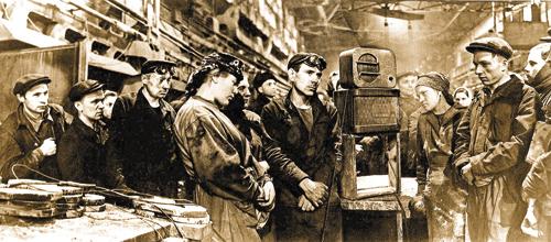 Рабочие завода «Динамо» слушают объявление осмерти И.Сталина.  Фото Дмитрия Бальтерманца
