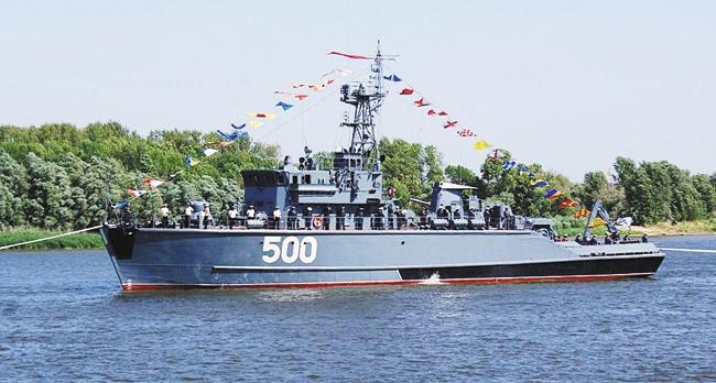 Базовый тральщик БТ-244 «Герман Угрюмов» впарадном строю послучаю празднования Дня ВМФ России. Астрахань
