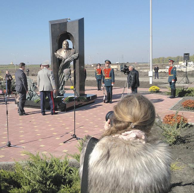 Открытие памятника адмиралу Угрюмову вгороде Михайловске Ставропольского края 14 октября 2013года