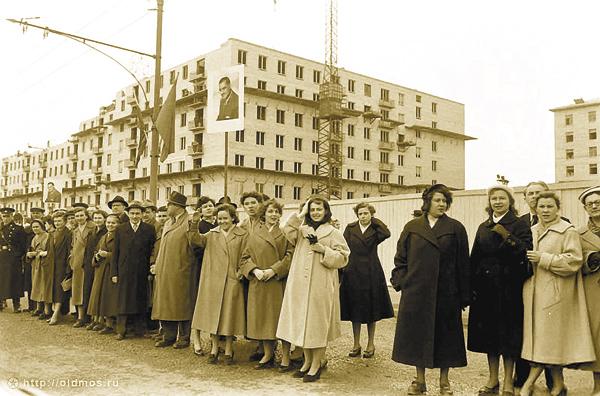Здесь в1923‑1924гг. был построен храм Святой Троицы вСемёновском. Теперь тут дома, расположенные поЛенинскому проспекту, исквер между ними. Тоже место наархивном снимке. Встреча кортежа президента Египта Насера. Зазабором— будущий сквер. 1958год
