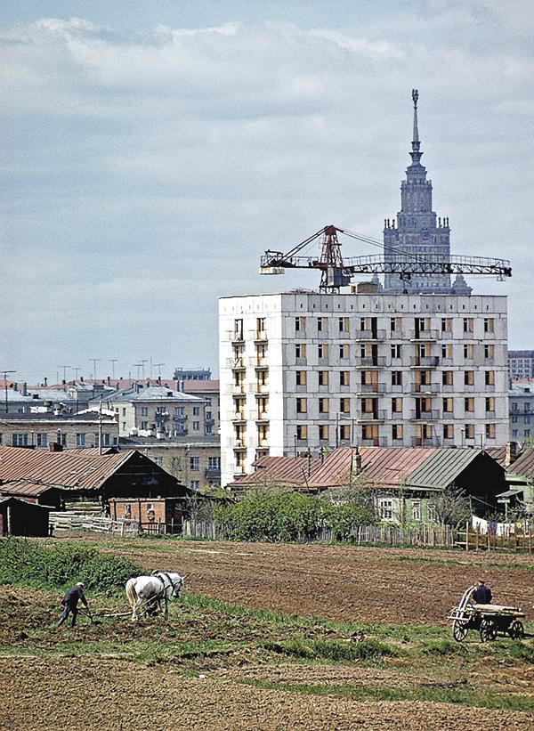 Крестьяне села Семёновское упорно продолжают цепляться заземлю. Застроящимся домом— высотка МГУ