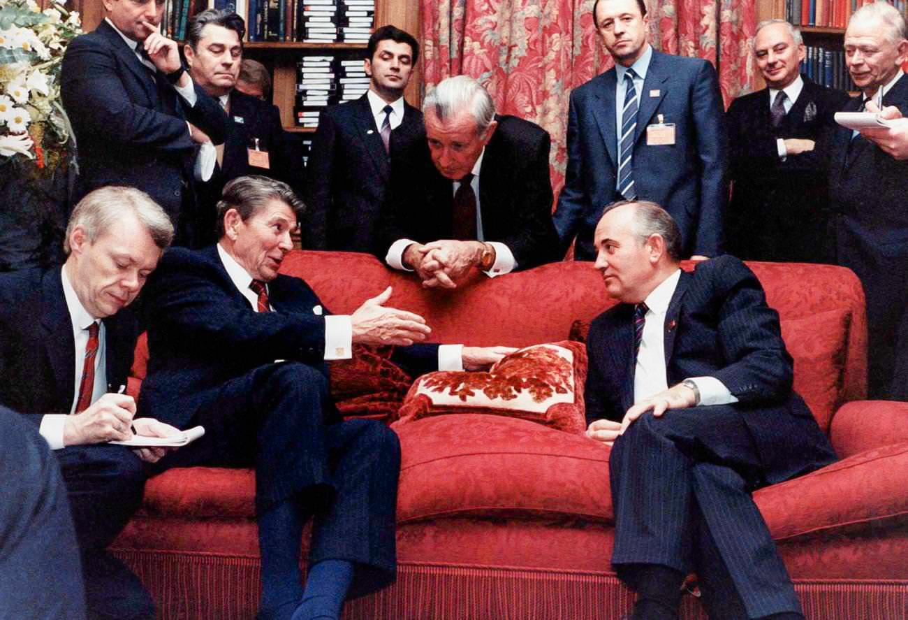Горбачёв, выполняя условия, поставленные М. Тэтчер и Р. Рейганом, проводил слом политической и экономической систем СССР, маскируя свою деятельность так называемой перестройкой