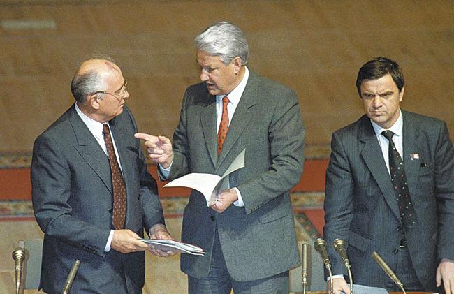 Заклятые враги Михаил Горбачёв иБорис Ельцин выполнили, однако, общую роль поразвалу Советского Союза