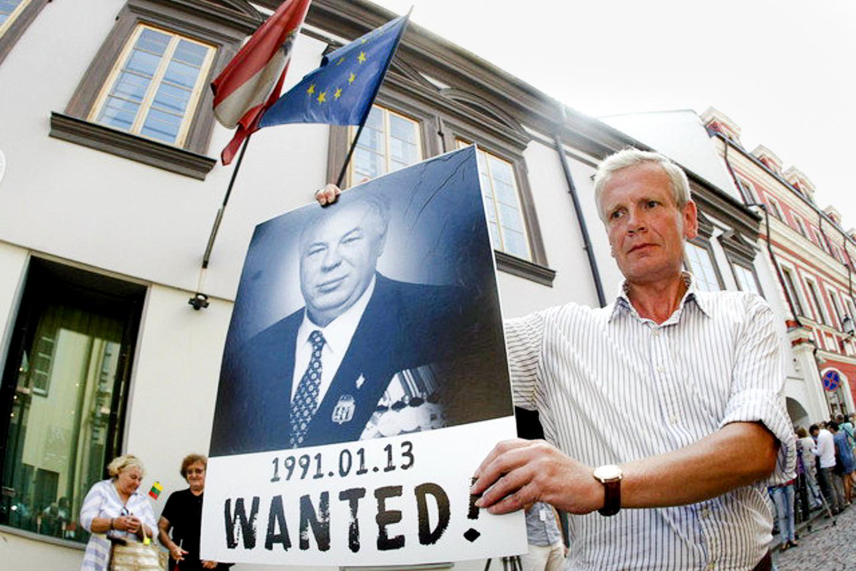 Литовские власти развернули настоящую охоту на командира Группы «А» в 1991‑1992 годах Михаила Васильевича Головатова (на плакате)
