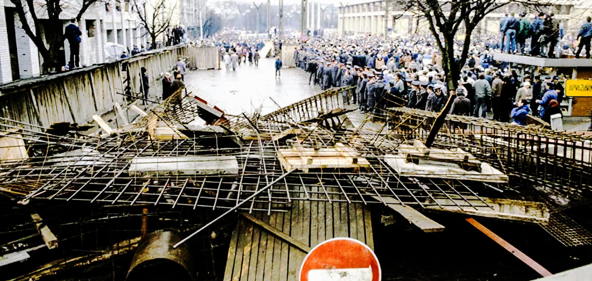 Ландсбергис бросил клич – выходить на улицы. И люди начали стекаться к парламенту, сооружать баррикады вокруг здания, чтобы танки не смогли подъехать близко. Вильнюс.  13 января 1991 года