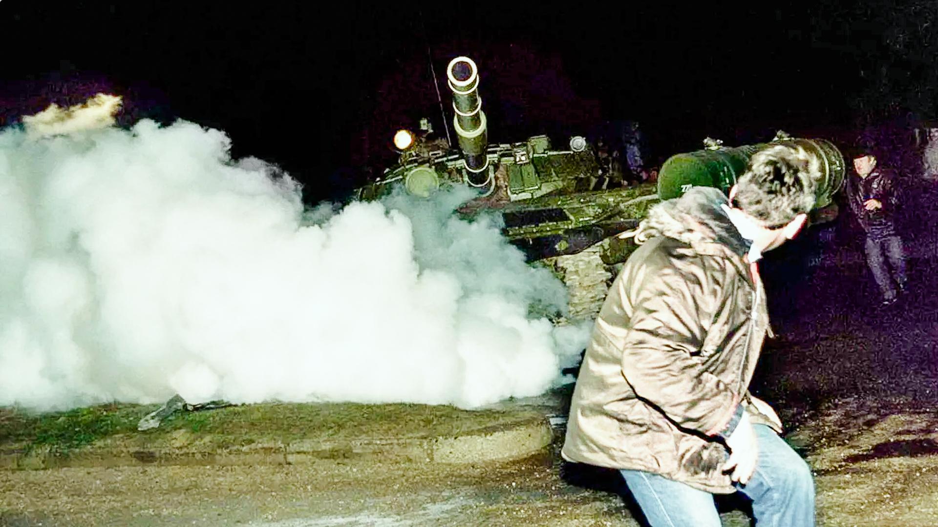 Любимая страшилка противников России— советские танки гоняются идавят мирных протестующих. Прошло больше четверти века, нониодного снимка «жертв наездов» так инебыло предоставлено. Иэто приобилии прессы ипросто людей сфотоаппаратами!