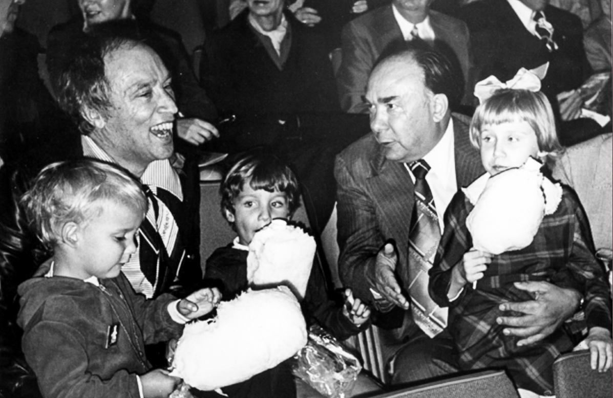 Премьер Канады Пьер Трюдо с сыновьями, А. Н. Яковлев с внучкой на выступлении Московского цирка в Оттаве. Фото с сайта media.alexanderyakovlev.org