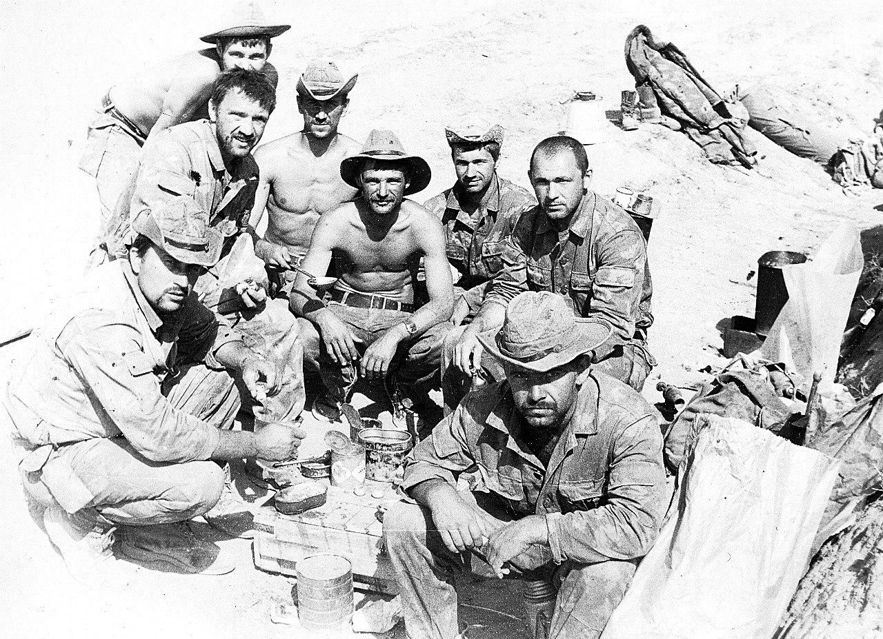 Минута отдыха. Владимир Ширяев сосвоими боевыми товарищами вАфганистане. Осень 1984года